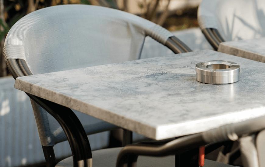 Piétements et plateaux de table